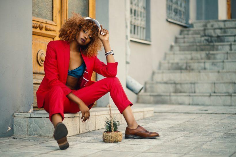espadryle kobieta w czerwonym ubraniu